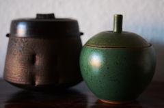 zwei Keramikdosen