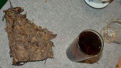 nun die Lösung, eine besondere Raupenart ernährt sich von getrockenen Teeblättern, deren Exkremente dann Shu Pu-erh ähnlich schmecken, na prost!