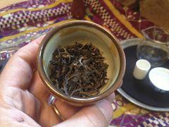 In diesem Schälchen wiege ich den Tee...