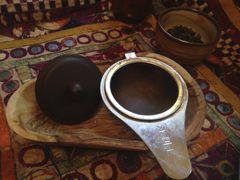 Olivenholzschale als Ablage für Sieb und Deckel