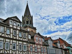 Fachwerkhäuser und Kirchturm.