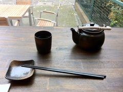 Schale, Stäbchen, Becher und Teekanne