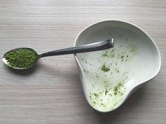 Teeelöffel mit mehr gehäuftem Chashaku-Inhalt