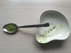 Teeelöffel mit leicht gehäuftem Chashaku-Inhalt