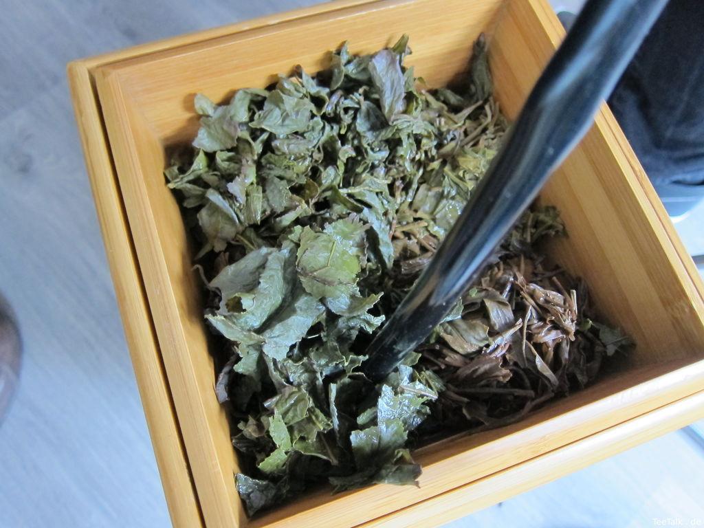 Abwasserbehälter mit Teeblättern