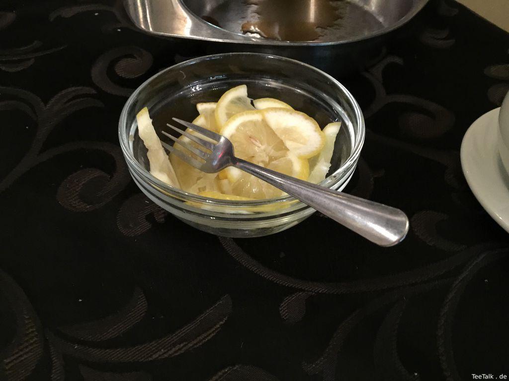 Zitronenscheiben im Glas