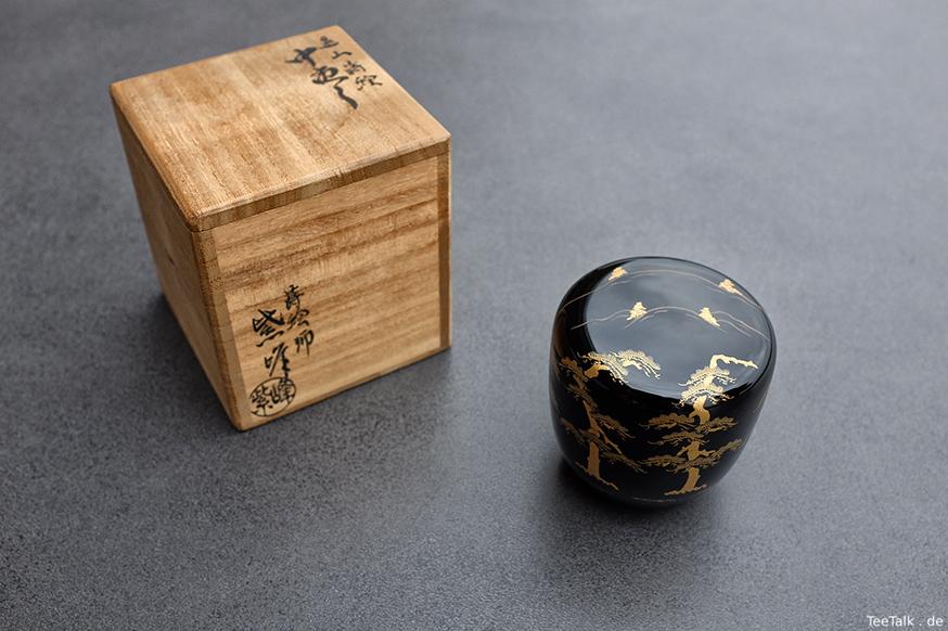 Natsume mit Mount Tsurugi (Toyama) und Pinenbäumen inkl. Tomobako