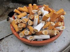 Großer Aschenbecher mit chinesischen Zigaretten