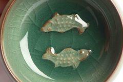 Teeschale aus Seladon, mit Tiermotiv im Boden