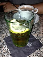 Club-Mate im Glas mit Zitronenscheibe