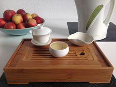 Teetisch mit Gaiwan, Cha He und Tee-Tasse