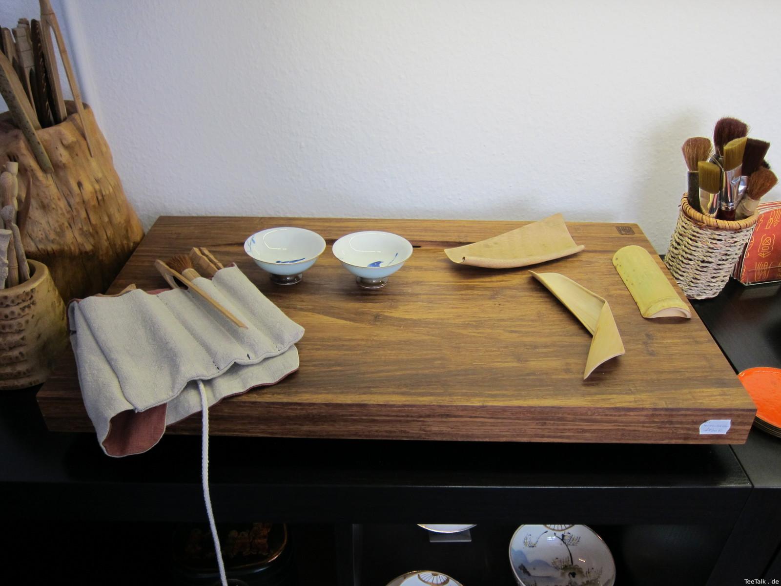 Teetisch und Teeutensilien,