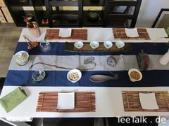 Tisch mit Teeutensilien