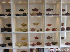 Teekannen im Regal