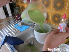 Herstellung eines veganen Matcha-Latte auf der Teezui 4