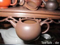 Meine allererste Teekanne aus Yixing, nichts besonderes, aber selbst erhandelt und seit 23 Jahren in treuen Diensten